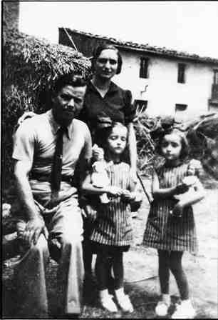 Estiu de 1937 a l'era de Cal Vermell amb la seva esposa Isabel i les bessones Maria i Angelina