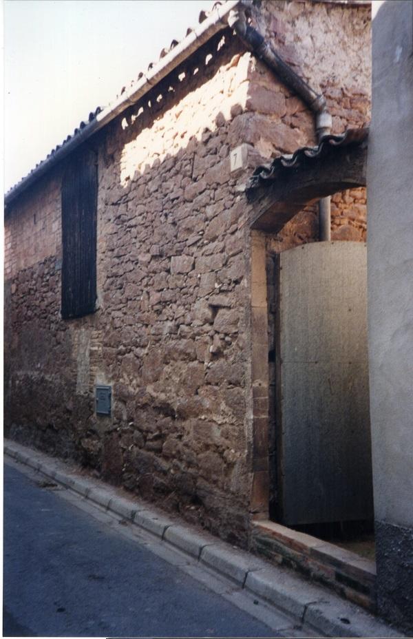 Antic portal d'accés a Cal Vermell pel carrer Santa Eulàlia